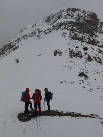 Η κορυφή από το διάσελο χιονισμένη