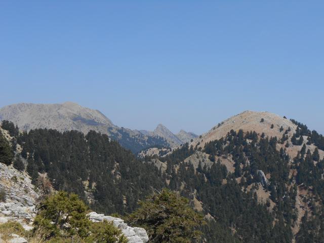 Καλλιφώνι - Δόντι - Τρεις γυναίκες - Σκουτέλι (από αριστερά προς τα δεξιά) και η κορυφογραμμή που ενώνει το Σκουτέλι με το Μαχαιρά